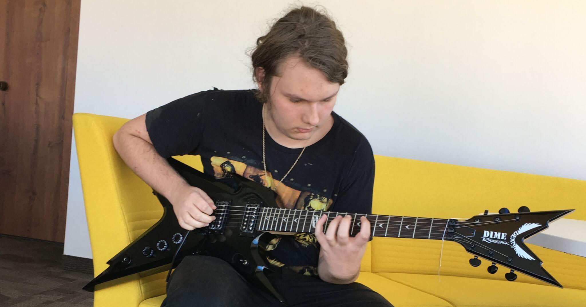 16歲金屬少年在生日當天收到亡父送的電吉他!